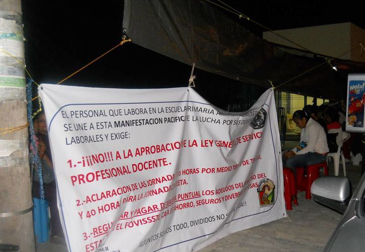 Los maestros colgaron sus pancartas a las afueras de las instalaciones de la SEQ. (Teresa Pérez/SIPSE)
