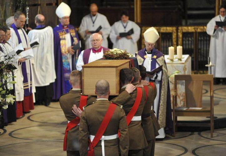 Foto facilitada por la catedral de Leicester, del traslado del ataúd con los restos mortales de Ricardo III hacia el interior de la catedral de Leicester, Reino Unido, este jueves 26 de marzo de 2015. (EFE/Matt Short)