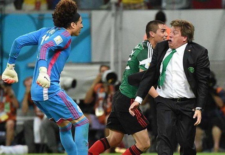 La foto de Miguel Herrera festejando con Memo Ochoa, en el partido contra Croacia, fue elegida la mejor del Mundial Brasil 2014. (La Afición/Milenio)