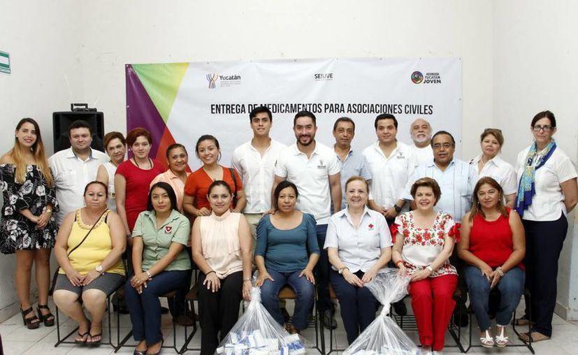 La juventud se sumó al altruismo para mejorar la calidad de vida de los yucatecos con necesidades económicas. Imagen de la entrega de medicamentos a las asociaciones civiles. (Milenio Novedades)