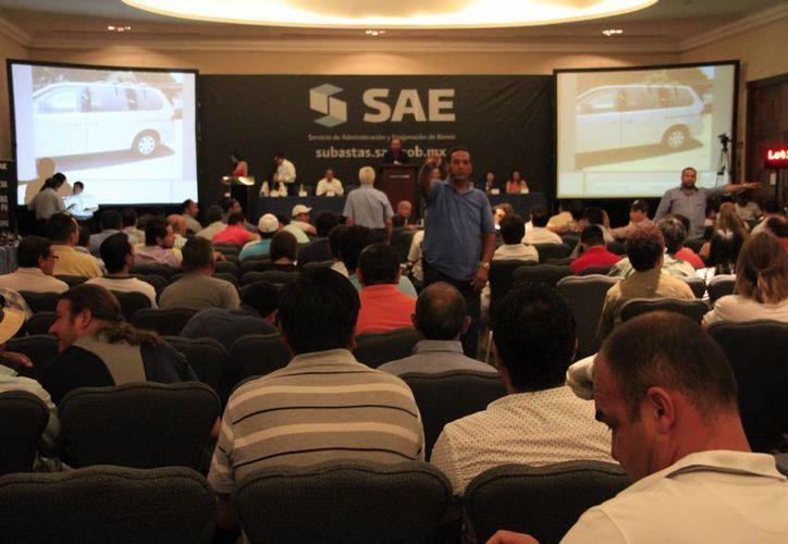 Se reunió a 200 personas en la primera subasta. (Tomás Álvarez/SIPSE)