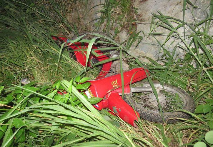 La moto fue hallada entre la maleza de la carretera Ticul-Santa Elena. (Milenio Novedades)