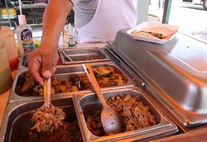 Revisaron puestos que ofrecen alimentos preparados. (Consuelo Javier/SIPSE)