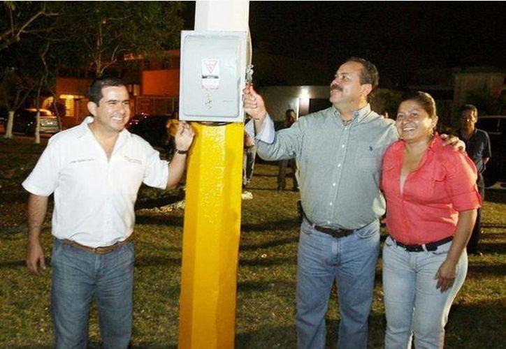 El presidente municipal, la regidora de Obras Públicas y el director de Servicios Públicos participaron en el encendido de las calles. (Cortesía/SIPSE)