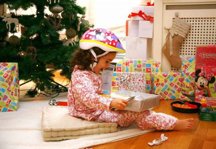 Es recomendable después de abrir los regalos mantener los envoltorios o globos fuera del alcance de los niños pequeños, pues pueden asfixiarse o ahogarse. (Milenio Novedades)