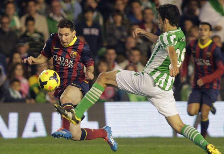 Lionel Messi (i) en el encuentro entre Barcelona y el Real Betis el pasado 10 de noviembre. El crack argentino se lesionó en ese duelo, quedando inactivo entre seis y ocho semanas. (Agencias)