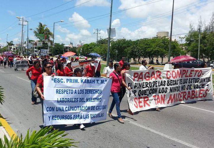Los docentes que marcharon el pasado viernes contra la Reforma Educativa exigen respeto a sus derechos. (Jesús Tijerina/SIPSE)