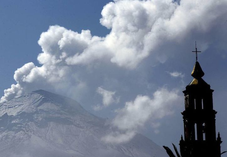El volcán Popocatépetl expulsa vapor, gas y ceniza, pero la alerta sigue en Amarillo Fase 3. (Notimex)