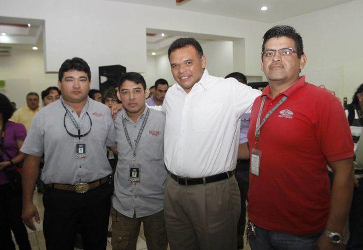 Entre los que recibieron certificados estuvieron empleados de Milenio Novedades. (Christian Ayala/SIPSE)