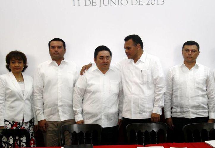 El magistrado Celis, acompañado por el alcalde Renán Barrera Concha y el gobernador Rolando Zapata Bello. (SIPSE)
