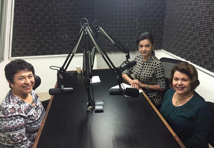 """Las conductoras Alis García y Mary Liz Escalante con Marisela Piñeyro, quien abordó el tema del """"Pensamiento sistémico"""". (Milenio Novedades)"""