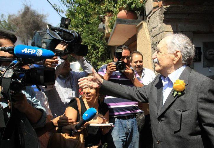 El escritor colombiano Gabriel García Márquez saluda al grupo de periodistas que fueron a felicitarlo por su cumpleaños a su residencia en la Ciudad de México. (EFE)