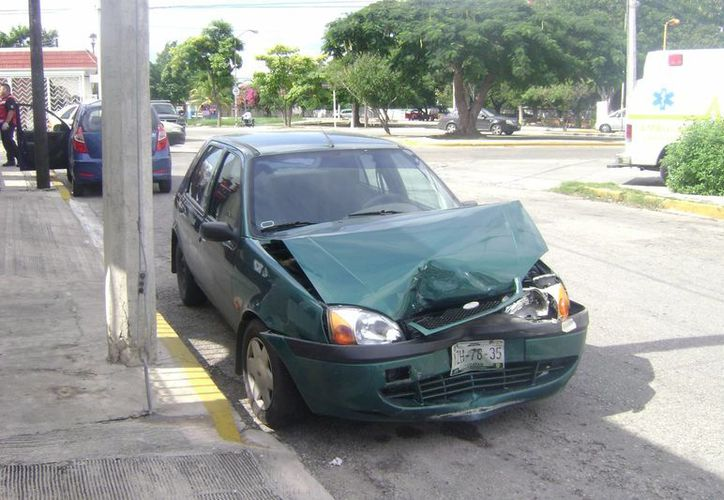 El Fiesta fue impactado por un Pontiac, cuyo conductor se fugó. (Milenio Novedades)