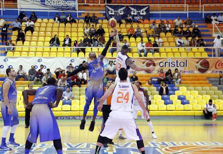 En los últimos minutos los equipos lucharon para obtener la victoria. (Raúl Caballero/SIPSE)