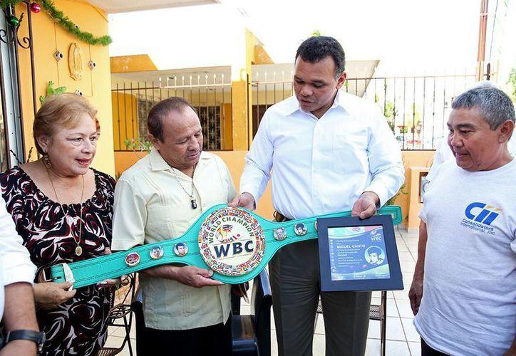 El exboxeador Miguel Canto recibió la visita del gobernador Rolando Zapata, quien recalcó la importancia que ha tenido el exdeportista para el pugilismo mundial. (SIPSE)