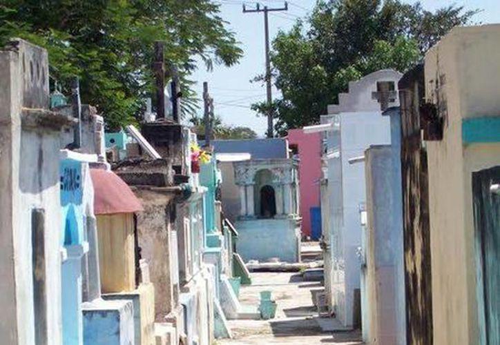 Cementerios de la península de Yucatán se 'curan' cada siete años; en la mayoría de los casos la gente no se entera porque se hace de forma clandestina. (Jorge Moreno/SIPSE)