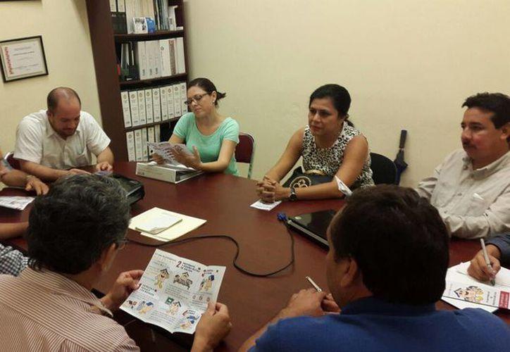 El regidor Rubén Segura Pérez en reunión con integrantes de la la Academia de Ingenieros Eléctricos del Instituto Tecnológico de Mérida. (SIPSE)