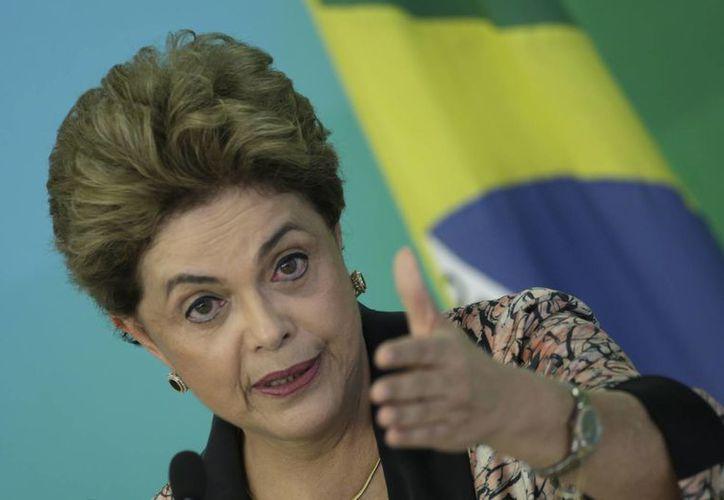 La presidenta brasileña, Dilma Rousseff, anticipó su regreso de Nueva York a Brasilia para preparar su defensa ante el juicio político que podría enfrentar si el Senado lo autoriza. (EFE)