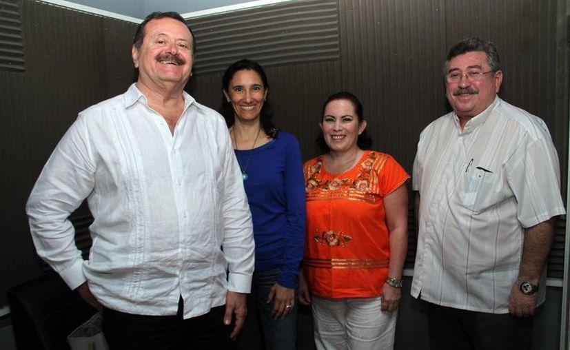 Jorge Barrera (izq.) recibió a representantes del Centro Integral Makhansa y el Club Rotario Mérida en 'Salvemos una Vida'. (Jorge Acosta/SIPSE)