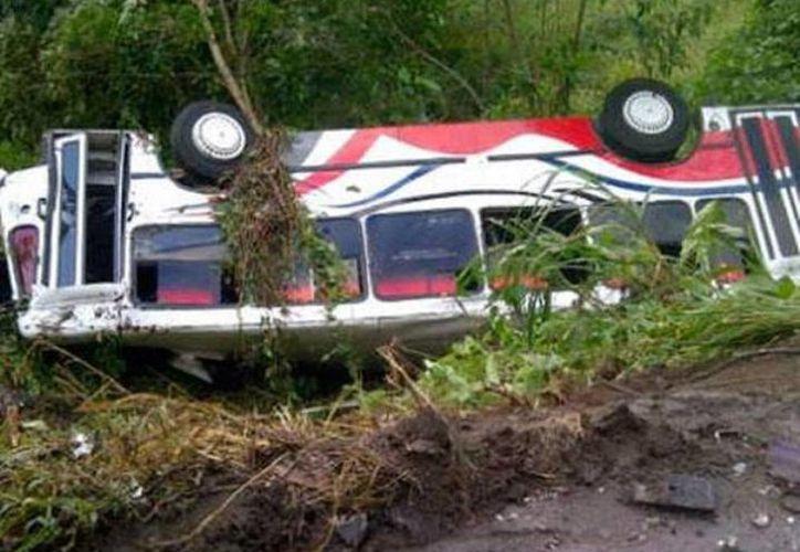 El autobús accidentado cubría la ruta de Neiva a Bogotá, hay 8 muertos y 26 heridos. (AFP)