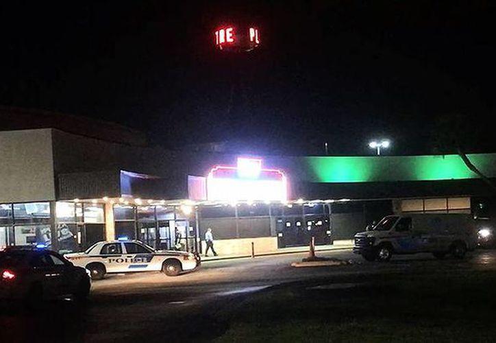 La policía resguarda el centro comercial en donde fue asesinada la cantante de <i>The Voice</i>, Christina Grimmie, en Florida. (AP)