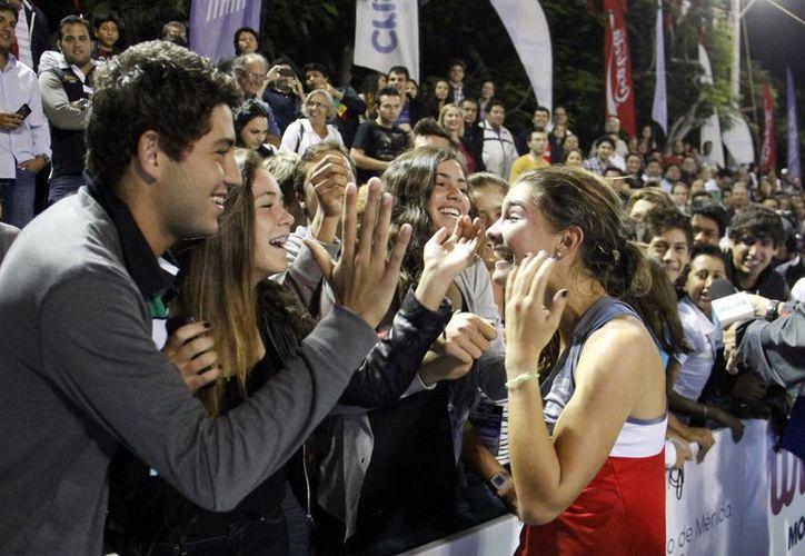 Con una emoción que no le cabía en el pecho, Marcela Zacarías celebra la obtención de la Copa Mundial Yucatán, primero en 20 años para las mexicanas. (Juan Carlos Albornoz / SIPSE)