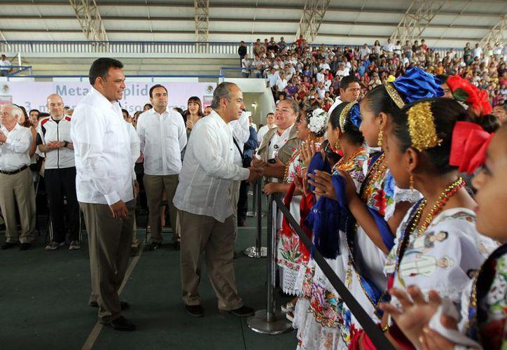 Cientos de personas acudieron a San José Tecoh, al evento del presidente Felipe Calderón. (Cortesía)