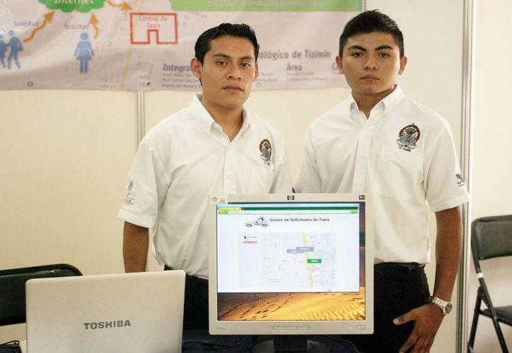 Alumnos del Instituto Tecnológico de Tizimín con su proyecto. (Milenio Novedades)