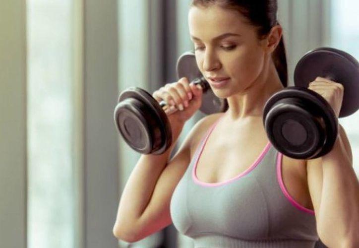 Levantar pesas puede ayudar a prevenir y revertir síntomas de depresión. (Foto: Internet)