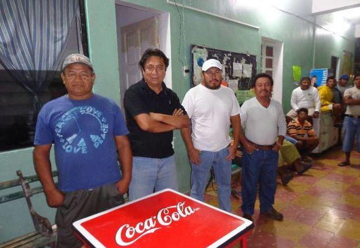Pescadores que asistieron a la reunión del sábado en Chelem. (Manuel Pool/SIPSE)