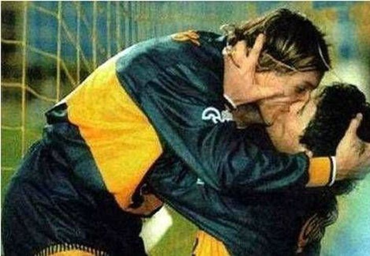 El beso histórico entre Maradona y Canniga tras el clásico argentino River Plate contra Boca Juniors. (Milenio)