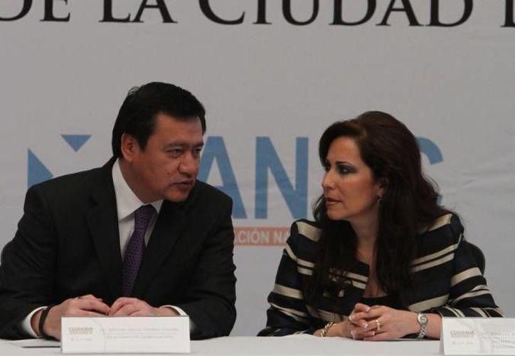 Según el titular de la Segob, Miguel Ángel Osorio Chong, la decisión de volver al despacho corresponde solo a cada munícipe de Michoacán. (Notimex/Archivo)