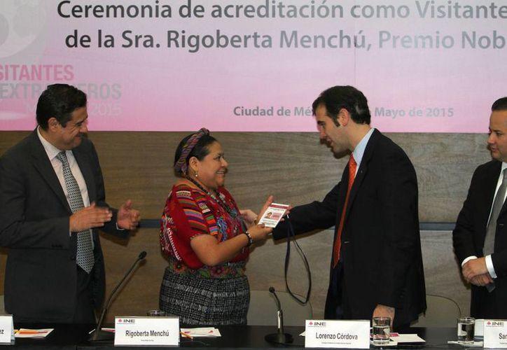 El consejero presidente del INE, Lorenzo Córdova, acreditó como visitante extranjera a la premio Nobel de la Paz, Rigoberta Menchú Tun, el martes 26 de mayo de 2016. (Foto Notimex)