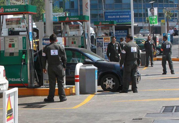 La SHCP destacó que aun con el ajuste de este sábado, los precios de las gasolinas en Estados Unidos continuarán por encima de los mexicanos.  (Archivo/Notimex)