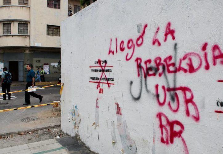 Los enfrentamientos de este miércoles en Venezuela incluyeron balazos que ocasionaron hasta ahora tres muertes. (EFE)