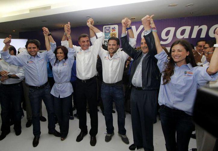 Antonio Gali Fayad, candidato a la alcaldía por la coalición Puebla Unida, se congratuló por los primeros resultados. (Notimex)