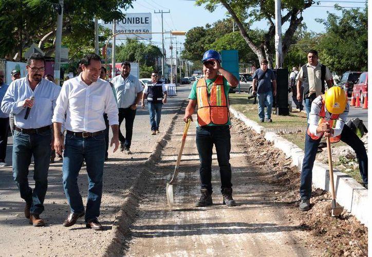 Como parte del programa de Mejoramiento de Infraestructura Urbana 2017, que comenzó a aplicarse el jueves 12 de enero en la Avenida 86 de San Antonio Xluch, este lunes el Alcalde inspeccionó los trabajos en la avenida Felipe Carrillo Puerto. (Foto cortesía del Ayuntamiento)