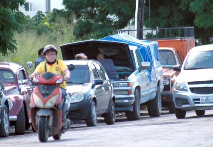 Imagen de la calle 19 por 6 de la colonia Díaz Ordaz donde reparan los automóviles en plena avenida. Las sanciones son de hasta 250 mil pesos. (Milenio Novedades)