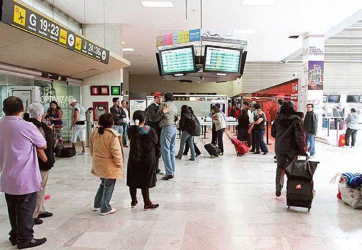 Una mujer cuyo vestido tenía doble forro, fue detenida porque escondía entre sus ropas y en su equipaje más de 4 kilogramos de cocanía. La imagen es del aeropuerto de México, y está utilizada sólo como contexto. (excelsior.com.mx)