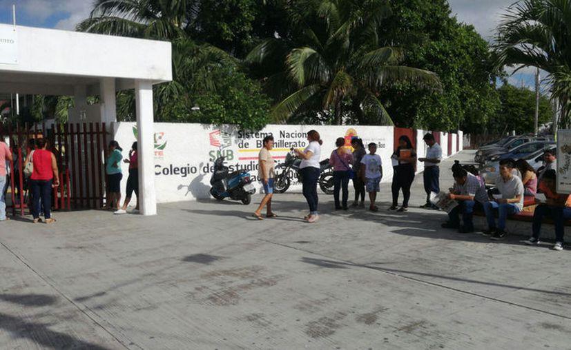 La aplicación de los exámenes concluyó a las 13 horas, y fueron recogidos por los docentes aplicadores. (Foto: Jesús Tijerina)