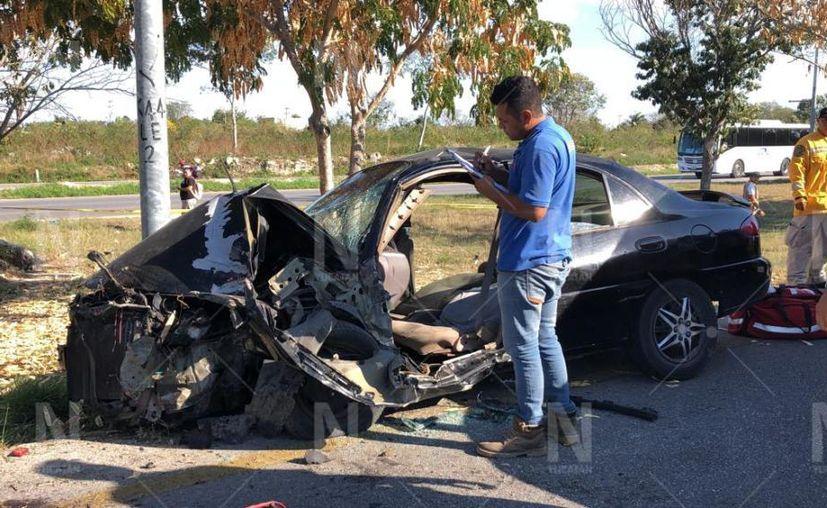 El guiador de un auto Escort terminó prensado. (Novedades Yucatán)