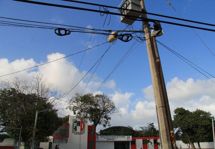 Más de 280 mil clientes de la CFE, pagan al año $130 millones por alumbrado público que sirve al edifico del PRI. (Foto: Luis Soto)