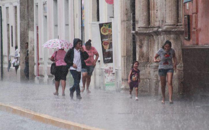 Ayer un aguacero bañó Mérida durante dos horas. Hoy se esperan condiciones similares de clima. (Jorge Acosta/SIPSE)