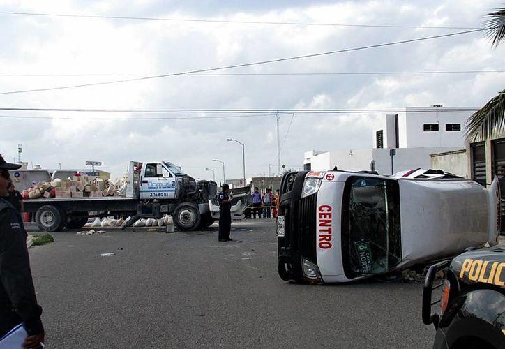 Cuatro de los pasajeros de la combi debieron ser hospitalizados tras el choque contra un camión de carga en Ciudad Caucel. (Emmanuel Palomo/SIPSE)