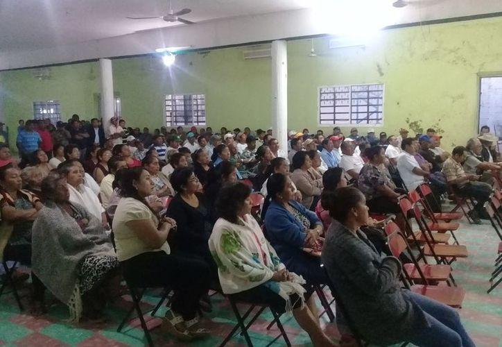 Los ejidatarios realizaron una reunión informativa para abordar el tema de los recursos. (Raúl Balam/SIPSE)