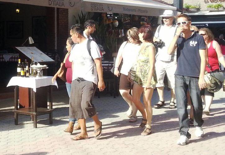 Los bares y discotecas del centro de Playa del Carmen están funcionando al 80 por ciento, y esperan que continúe con el Tianguis. (Daniel Pacheco/SIPSE)