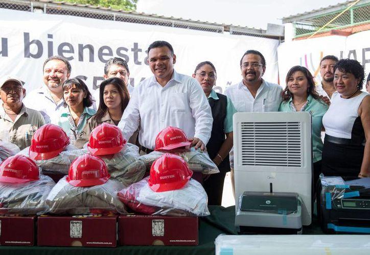 Uniformes, artículos de oficina y equipos de informática e infraestructura es parte del material de trabajo entregado a la Japay por parte del Gobierno del Estado. (Cortesía/ Gobierno de Yucatán)