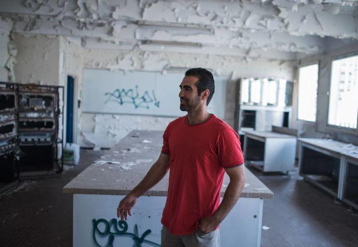 Younis, un migrante afgano de 30 años habla en el interior de la escuela secundaria Guillaume-Bude de Paris. (Agencias)