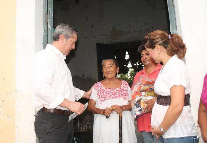 Autoridades entregaron productos de primera necesidad en Motul. (SIPSE)