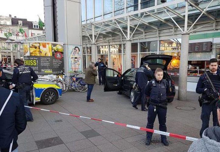 Imagen de los agentes inspeccionando el vehículo que el hombre uso para atropellar a tres personas. (twitter.com/CTVNews)